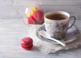 macarons francesi con una tazza di tè foto
