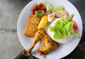 pacco pasto indonesiano riso fritto nasi goreng foto