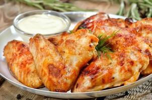 Ali di pollo fritto con salsa, vista da vicino