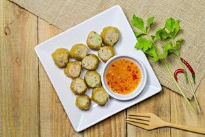 rotolo di pollo fritto nel grasso bollente, stile cinese dell'alimento tailandese foto