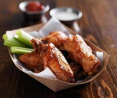 ali di pollo con salsa barbecue