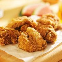 mucchio di pollo fritto foto