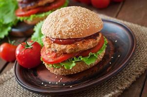 panino con hamburger di pollo, pomodori e lattuga foto