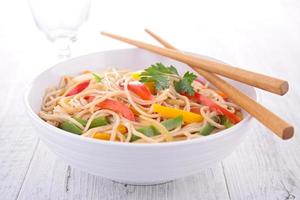 spaghetti cinesi fritti foto