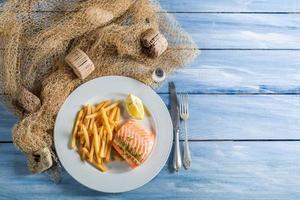 patatine fritte fatte in casa con salmone al limone