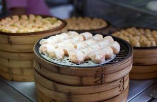 Dimsum cotto a vapore cinese in contenitori di bambù