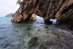 portone dell'amante, arco di pietra naturale, isola di Khai, Satun, Tailandia foto