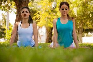 provando la posa yoga cobra foto