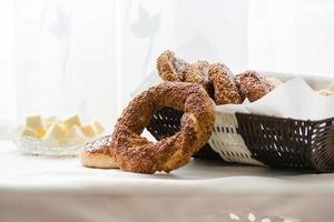simit, bagel turco con scodella di formaggio cheddar foto