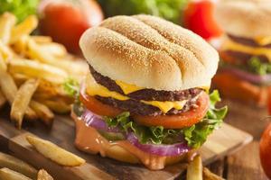 hamburger di formaggio di manzo con pomodoro lattuga