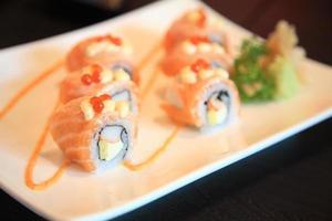 rotolo di sushi di salmone cibo sano foto