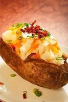 patata al forno caricata foto