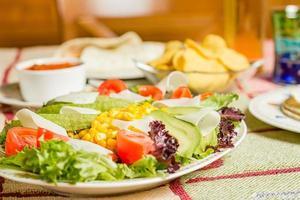 cibo tradizionale messicano con nachos e insalata