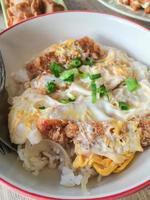 katsudon - cotoletta di pesce fritto fritta impanata giapponese (tonkatsu) foto