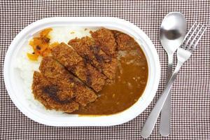 cibo tradizionale giapponese maiale e riso al curry foto