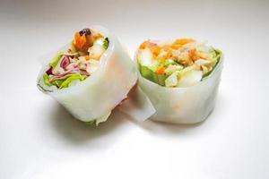 La tagliatella tailandese fresca della molla rotola con le erbe foto