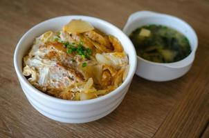 Katsudon: cotoletta di maiale fritta e impanata giapponese foto