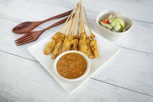 satay di maiale in stile tailandese con salsa di arachidi
