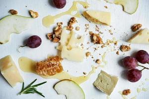 tavola con formaggio foto