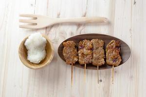 maiale alla griglia in stile tailandese e riso appiccicoso