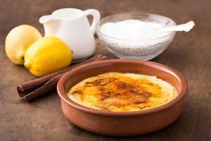 crème brulée tradizionale sul piatto di ceramica foto