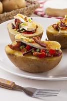 patate al forno ripiene di pancetta, servite con camembert