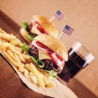 hamburger di formaggio americano con patatine fritte e cola foto