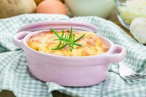 gratin di patate in mini cocotte in ceramica foto