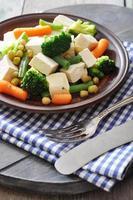tofu con verdure bollite foto