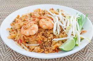 tagliatelle fritte in stile thai con gamberi (pad thai) foto