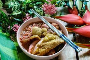 tagliatella di fave di fagioli fermentata piccante o yong tau foo o yentafo foto