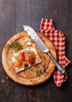 pane croccante con salmone affumicato foto