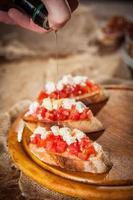 Bruschetta italiana con mozzarella foto