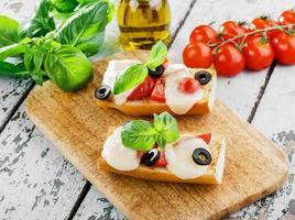 bruschetta con pomodori e mozzarella foto