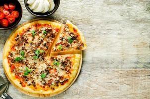 pizza con carne, mozzarella e origano foto