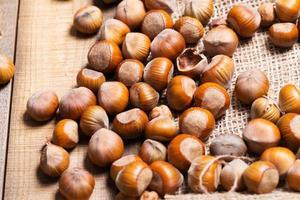 nocciole su fondo in legno foto