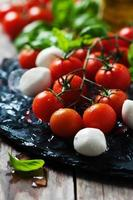 pomodori freschi, mozzarella e basilico verde foto
