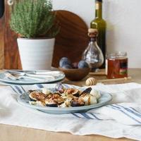 mozzarella e fichi freschi serviti come antipasto foto