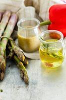asparagi verdi con condimento foto