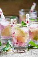cocktail rosa con lime e menta foto