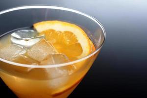 colpo dello studio della bevanda in vetro di martini