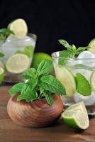 bicchiere di mojito cocktail alla menta foto