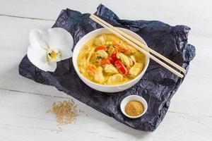 curry tailandese in una ciotola su legno