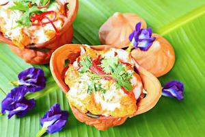 delizioso cibo tailandese, pesce al vapore con pasta di curry.
