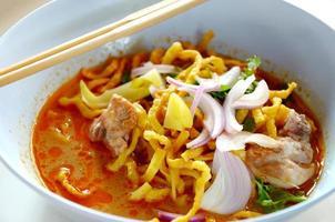 khao sawy, zuppa di curry di pasta tailandese settentrionale foto