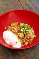 Chiuda sulla tagliatella di maiale piccante tailandese