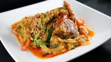 mescolare il granchio fritto con il curry rosso