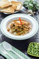cibo tailandese asiatico - curry con carne di maiale foto