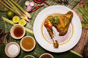 pollo al vapore con spezie al curry alle erbe, stile alimentare nordico tailandese (s