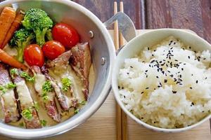 curry di maiale verde, cucina tailandese foto